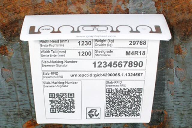 Abgewinkeltes RFID-Etikett auf Stahlbramme.