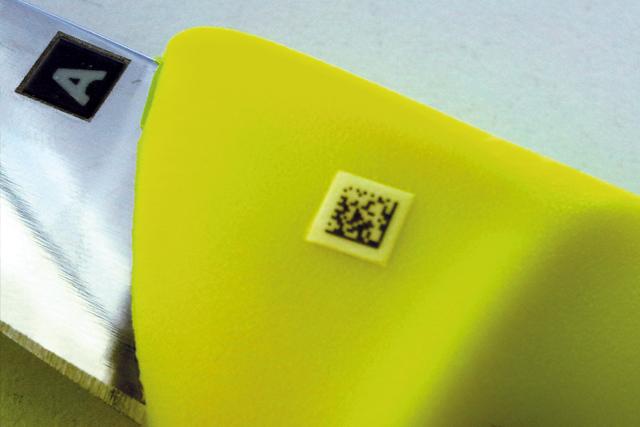 Lebensmittelechte Kennzeichnung auf Messern.
