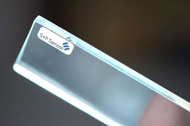 Kennzeichnung mit RFID: Verklebung hinter Glas.